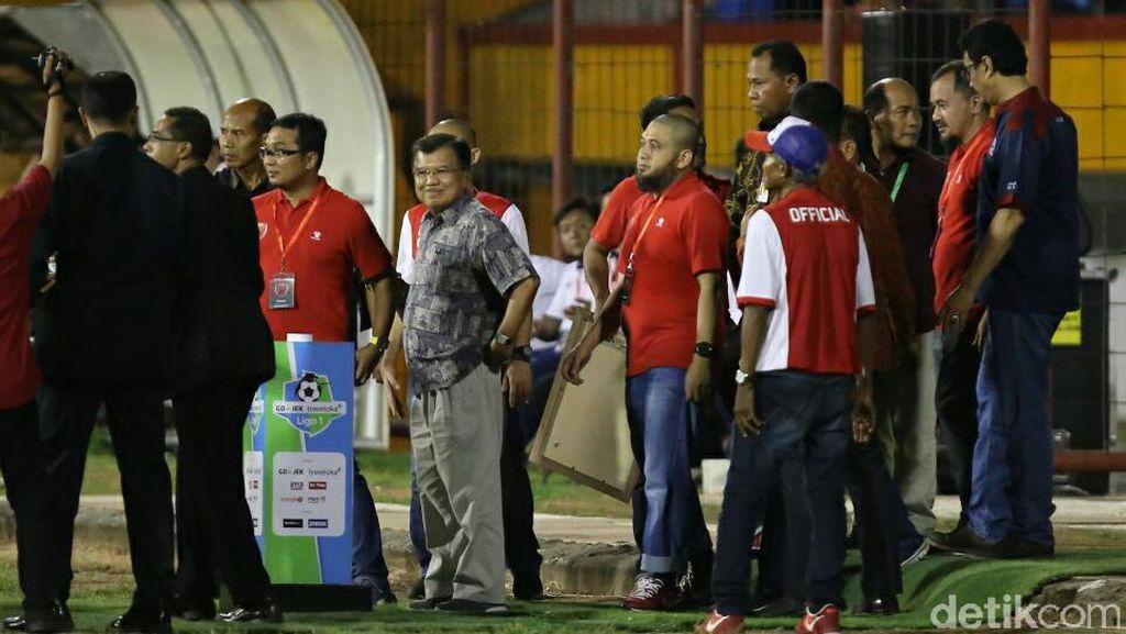 Sebelum Kick-off PSM vs Persija, Wapres JK Salami Pemain Kedua Tim