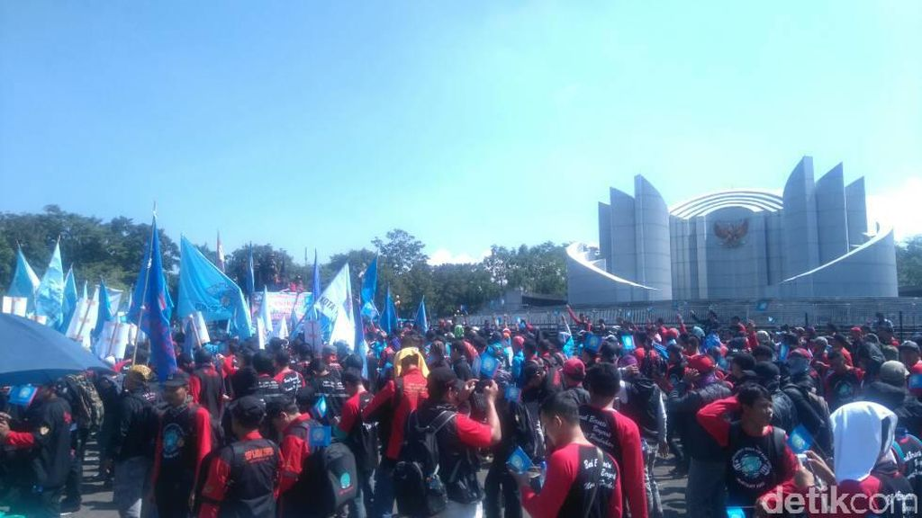 Peringati May Day, Buruh Jabar Berunjuk Rasa di Gedung Sate