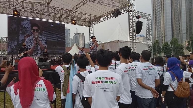 Buruh di Mengapa Selalu Aku - Jakarta Massa buruh yang memperingati May Day di GBK masih semangat melakukan Di tengah terik mereka terus bernyanyi