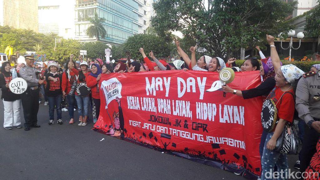 Bawa Peralatan Rumah Tangga, Massa PRT Berdatangan ke Patung Kuda