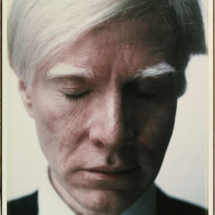 Andi Warhol, 1979. Selain hobi melukis, seniman nyentrik ini juga kerap bereksperimen di dunia fotografi, termasuk memoto dirinya sendiri. Warhol selama hidupnya dikenang sebagai ikon budaya pop dan karya seni populer. Foto: dok. Internet
