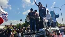 Peringati May Day, Kapolresta Cirebon Beri Kue Tart ke Buruh Cirebon