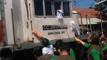 May Day, Pegawai PT KAI Surabaya Cuci Lokomotif