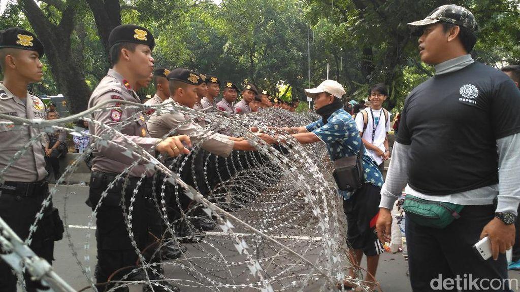 Jalan Medan Merdeka Barat Ditutup, Massa Buruh Tak Bisa ke Istana