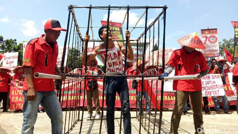 Keranda Hingga Tumpeng Warnai Aksi - Palembang Buruh terus berdatangan dengan membawa keranda mayat ke halaman Monumen Perjuangan Rakyat Jalan Merdeka Sumatera Dalam Kongres