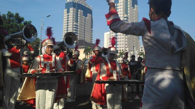 Para peserta marching band membawakan lagu-lagu nasional di Hari Buruh.
