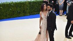 Selena Gomez Pakai Lingerie Saat Kencan dengan The Weeknd