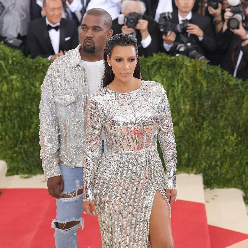 Kanye Kasih Kejutan Kim Kardashian Ratusan Bunga untuk Ultah Pernikahan