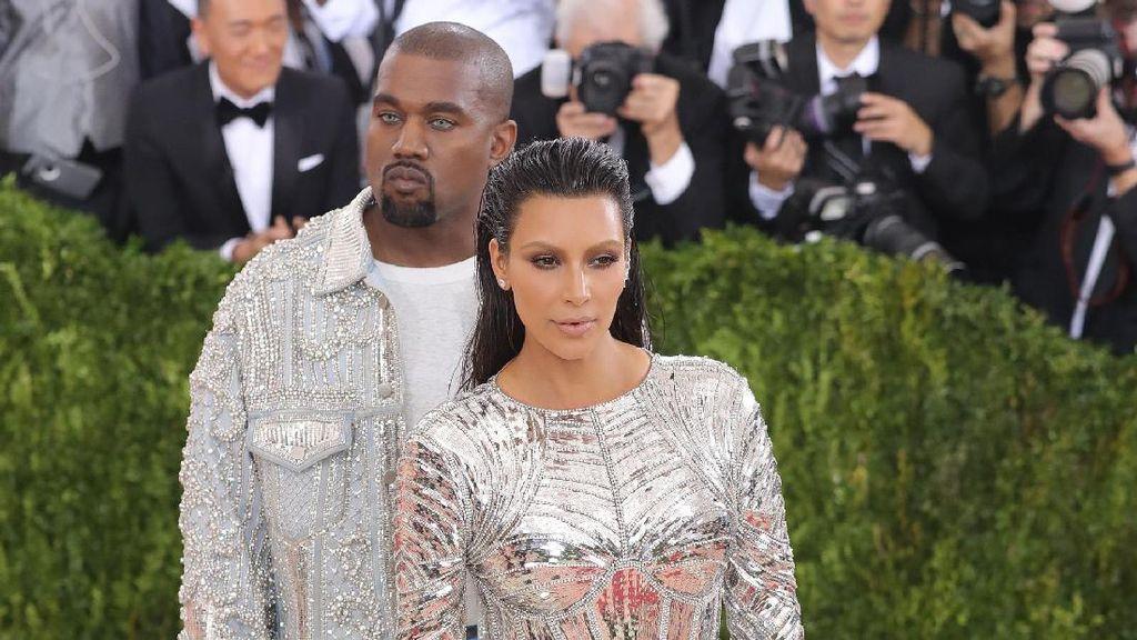 Alasan Kanye West Suka Kim Kardashian Pakai Baju Seksi Saat Jalan-jalan
