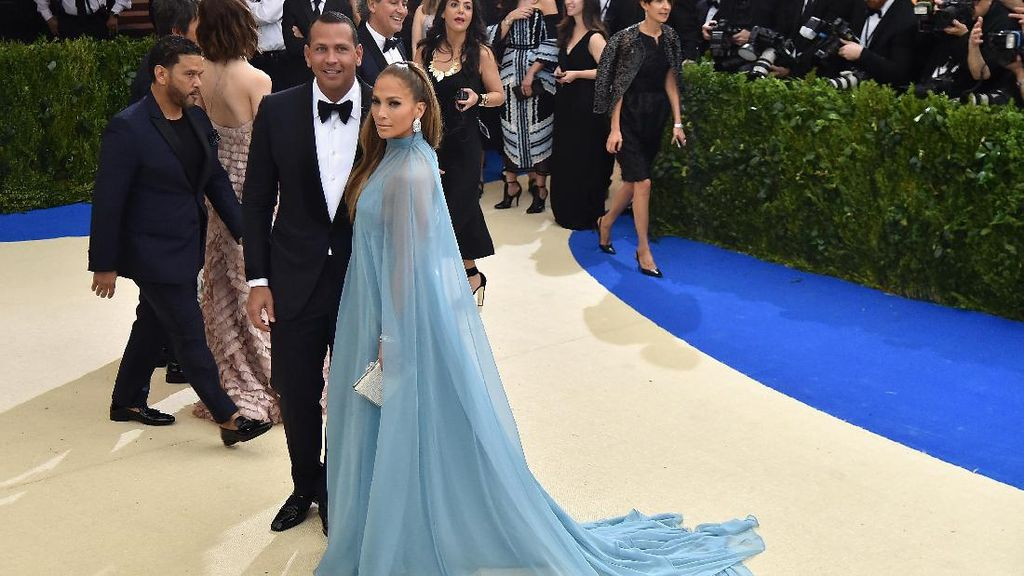 Bisa Dicontoh, Push-up Bareng Kekasih ala Jennifer Lopez dan Alex Rodriguez