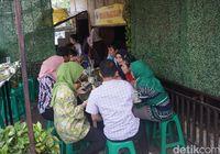 Warung Teteh : Nikmatnya Rame-rame Menyantap Nasi Liwet Khas Sunda Beralas Daun
