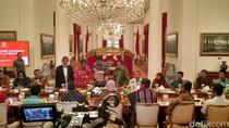 Aktivis Minat Baca: Beraksi Sambil Jual Jamu hingga Naik Perahu