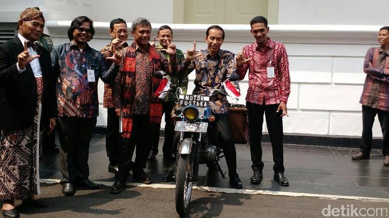 Sopir Angkot, Kuli, dan Tukang Tambal Ban Genjot Minat Baca