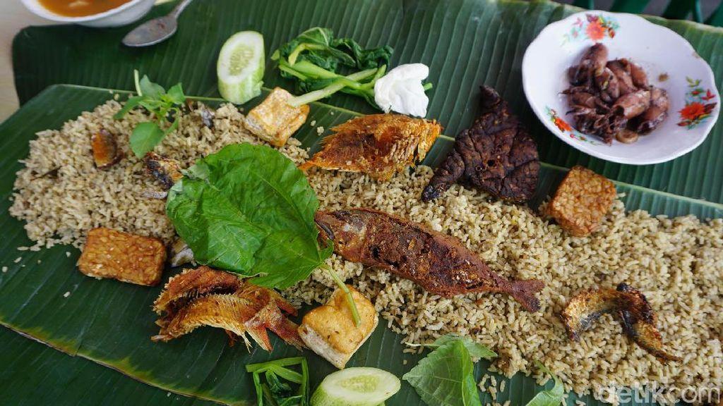 Enaknya Makan Siang Ramai-ramai Menyantap Nasi Liwet Sundaan Di Sini
