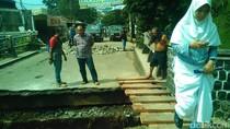 Perbaikan Jembatan Kali Krukut Depok yang Amblas Butuh 2 Pekan