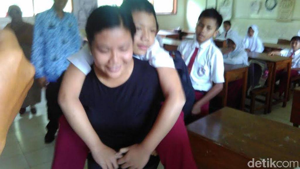 Digendong Ibunya, Dio Tetap Semangat Bersekolah