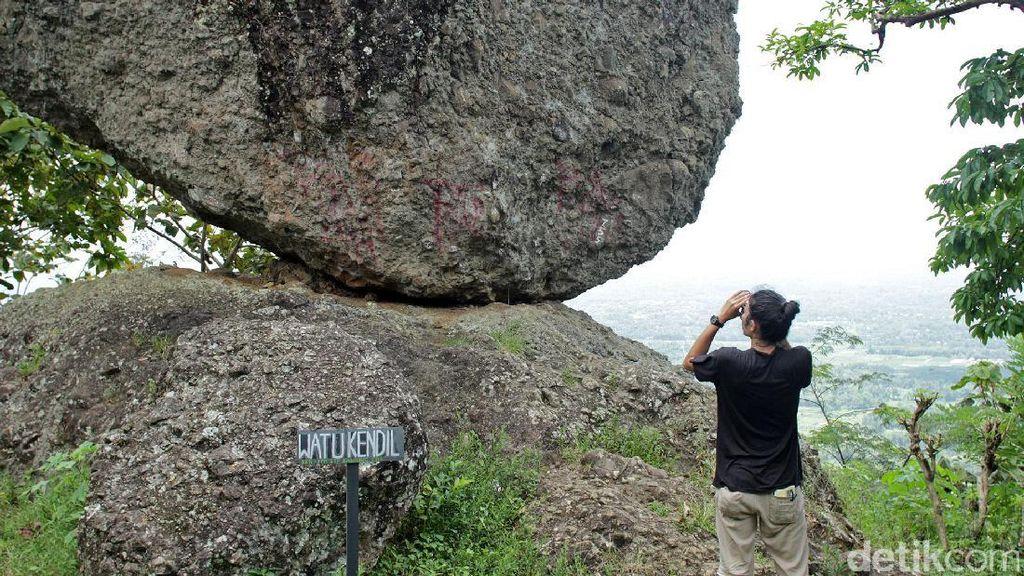 Watu Kendil, Batu Seimbang yang Ajaib di Magelang
