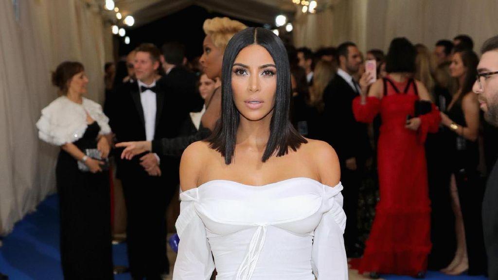 Foto: Jarang Terjadi, Kim Kardashian Bergaun Simpel di Karpet Merah