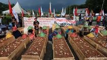 Petani Karawang Bertahan dengan Aksi Kubur Diri