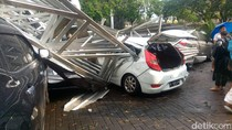 Hujan Badai di Bandung, 3 Mobil Rusak Tertimpa Atap Sekolah