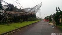 Hujan Badai di Bandung, Pagar Lapangan Golf Roboh Timpa SUTET