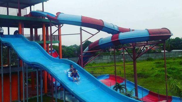 Wisatawan asyik bermain di Kalawa Waterpark (kalawa_waterpark_pky/Instagram)