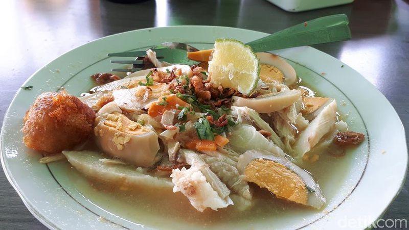 Banyak restoran yang menyajikan Soto Banjar di berbagai daerah di Indonesia. Tapi tentu bakalan lebih mantap lagi kalau mencicipinya langsung di daerah asalnya, Banjarmasin, Kalimantan Selatan (Kurnia/detikTravel)