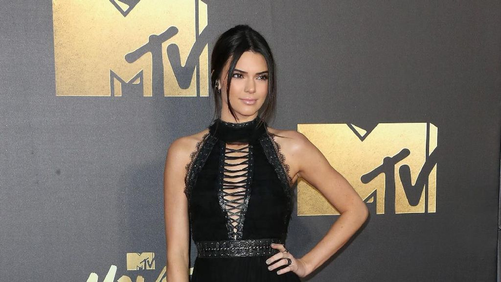 Foto: 15 Gaya Stylish dan Seksi Kendall Jenner di Red Carpet