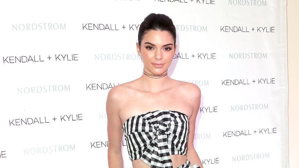 Kendall Jenner Pose di Bathtub Bersama Teman-teman Modelnya