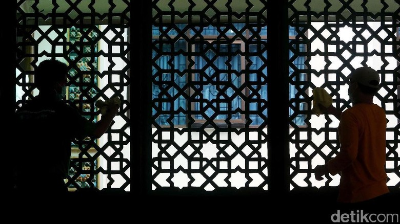 Aksi Bersih-bersih Masjid Sambut Bulan Suci