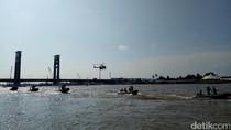Polri, TNI, dan SAR Gelar Simulasi Penyelamatan di Jembatan Ampera
