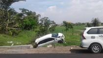 Kecelakaan di Tol Sidoarjo, Mobil Mobilio Terlempar ke Sungai