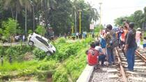 Brak... Agya Terpental Setelah Ditabrak Kereta Mutiara Timur