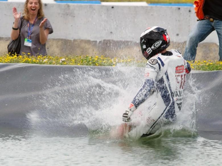 Perayaan-perayaan di Jerez: Main Boling, Nyemplung Kolam, Masuk Toilet