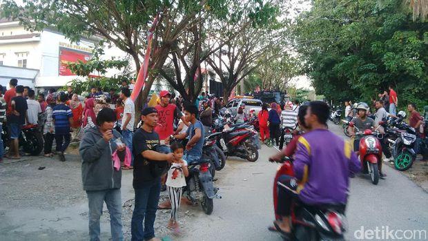 Warga masih memadati depan pagar rutan Kelas IIB Pekanbaru, di Jl Sialang Bungkuk, Jumat (5/5/2017)
