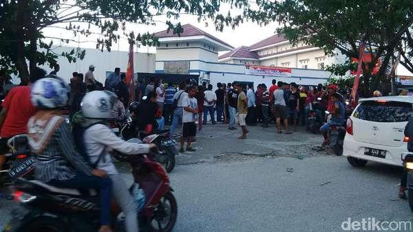 Ratusan Tahanan Kabur, Rutan Pekanbaru Masih Ramai Didatangi Warga