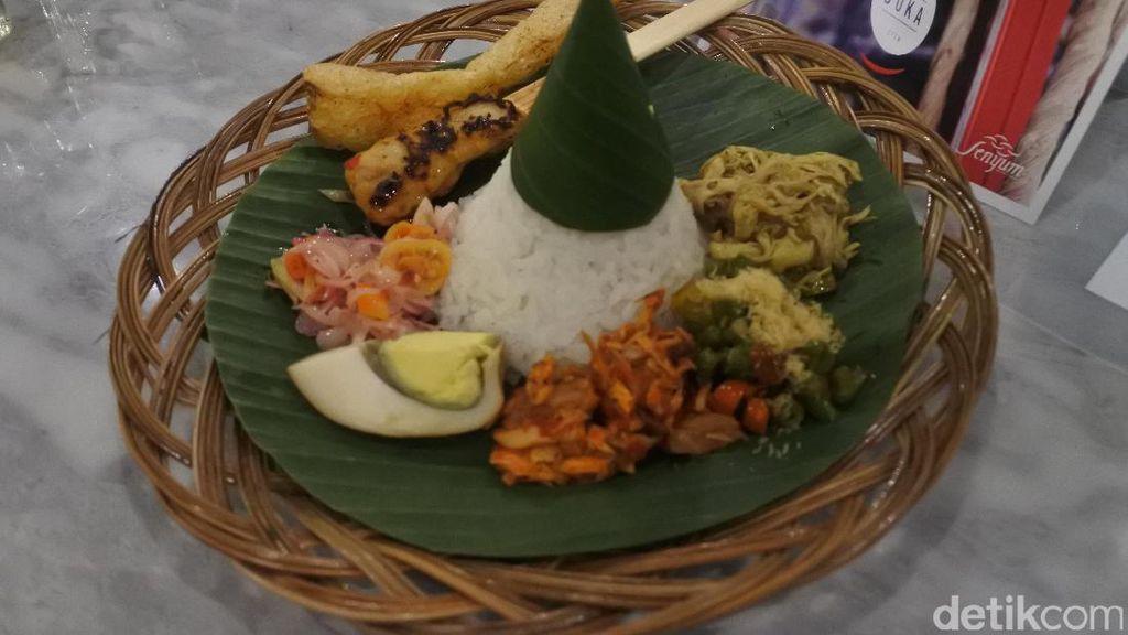 Menyantap Pecel Semanggi Sambil Menikmati Keindahan Lukisan Bali