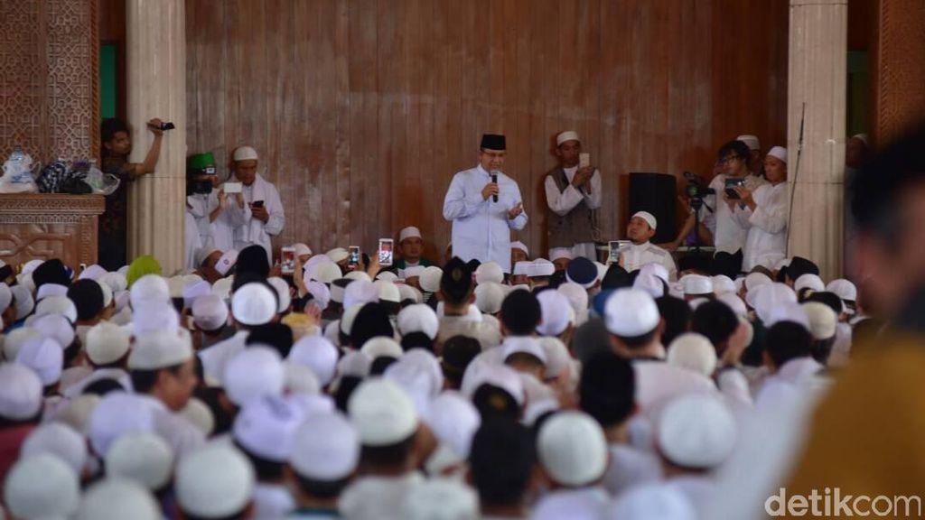 Hadiri Pengajian Ustaz Arifin Ilham, Anies Mohon Doa Restu