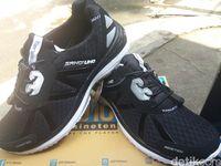Sepatu OK OCE merk Sandi Uno yang diberikan ke Eko pejalan kaki asal Madiun