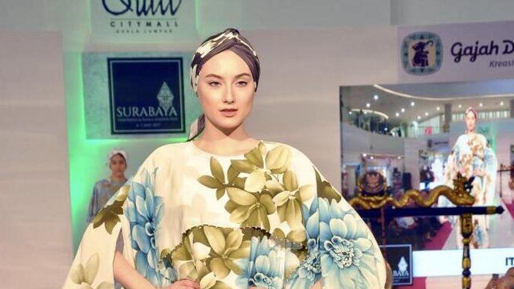 Alasan Itang Yunasz Kurang Tertarik Tampilkan Karya di Pekan Mode Dunia