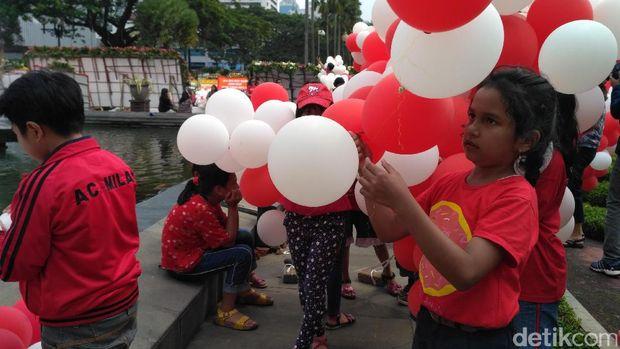 Anak-anak bermain balon merah putih di Balai Kota, Senin (8/5/2017)