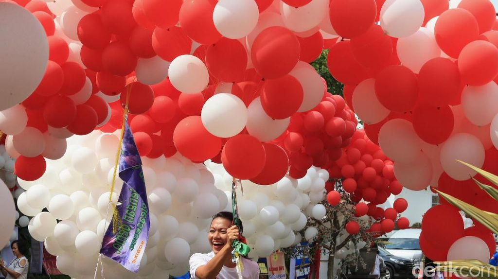 Balon Merah-putih Warnai Balai Kota