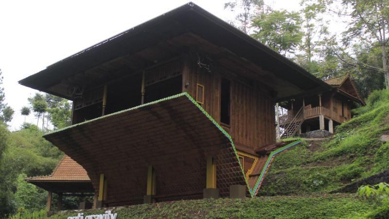 Dago Dreampark adalah satu destinasi wisata baru di Bandung. Di sini traveler bisa melihat bangunan rumah joglo yang unik-unik, seperti rumah Joglo terbalik ini (Wisma Putra/detikTravel)