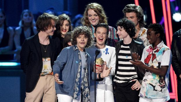 Millie Bobby Brown saat meraih piala MTV Movie and TV Awards 2017