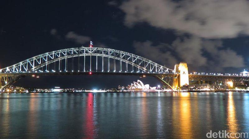 Kota Sydney di Australia sangat fotogenik, termasuk di malam hari. Inilah Sydney Harbour Brigde dan Sydney Opera House yang tampak di bawah jembatan (Fitraya/detikTravel)