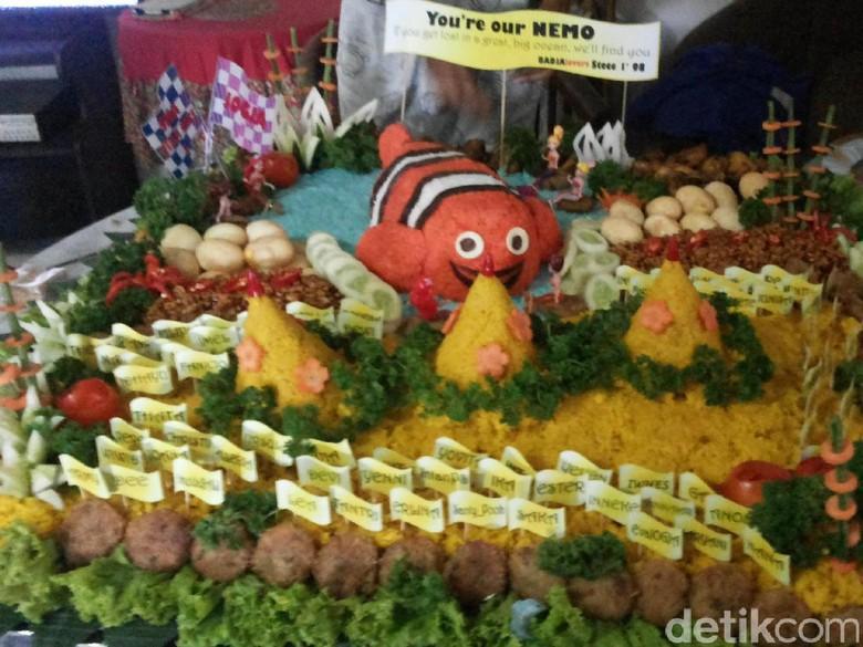 Warga Santap Tumpeng Nemo di Balai Kota