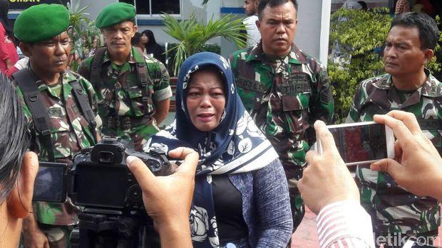 Susanti, ibu napi Pekanbaru menangis di Rutan Pekanbaru, Senin 8 Mei 2017. Dia menyebutkan anaknya dipindah dan mengaku ditarik pungutan liar.