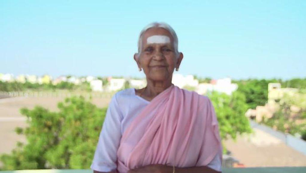 Hebat! Usia 98 Tahun, Nenek Ini Masih Jadi Instruktur Yoga