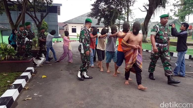 Cerita Warga saat TNI Sukabumi Tangkap Penipu Undian Berhadiah