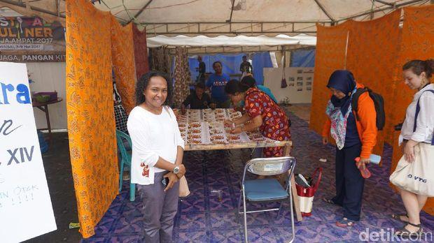 Kartini Mansmor dan stan batik Raja Ampat (Masaul/detikTravel)